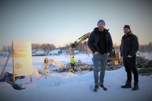 Hendrik och Christoffer Enberg vid byggplatsen nära Ingå centrum.