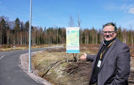 Siuntion elinvoimapäällikkö Kalle Stenbäck osoittaa aluetta, josta on varattu monta tonttia.