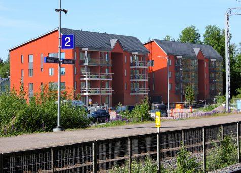 Asuntosäätiön uudet kerrostalot kuvattuna juna-asemalta. Ne sijaitsevat aivan juna-aseman vieressä.