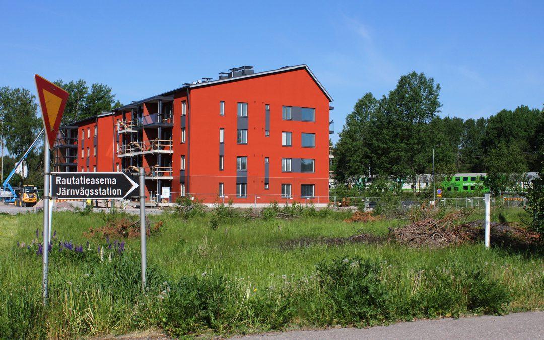 Uudet kerrostalot Siuntion aseman vieressä täyttyvät asukkaista kesän lopussa – alueella tontteja parille kymmenelle kerrostalolle